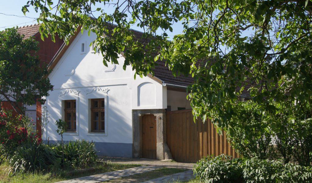 Kisoroszi, régi házak megújult utcai homlokzata